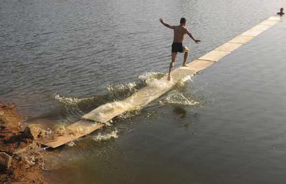 monaco shaolin cammina sull'acqua
